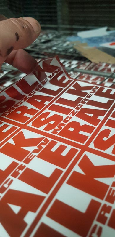 impression en rouge sur eggshell stickers transparent